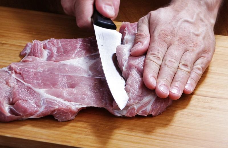 В Италии за это мясо платят немалые деньги, а мы предлагаем сделать его самостоятельно – рулет из свиной лопатки